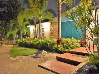 Villa Bonita #1 Sleep up to 35, pool, Jacuzzi.., Isabela