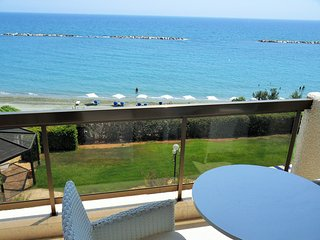 2b beachfront apt w/pool, gym, sauna - Sandy beach, Limassol
