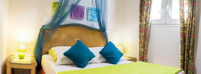 Chambre double climatisée avec fenêtres moustiquaires