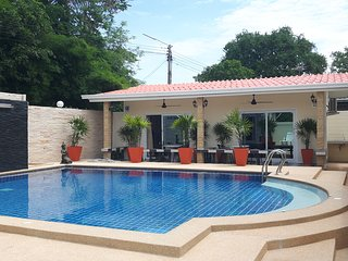 Villa with pool sleeps 22 near Bang sare