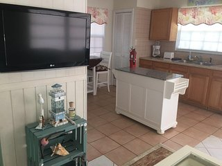 1 Bed Modern Upstairs Apt w Bay Front Views, Key Largo