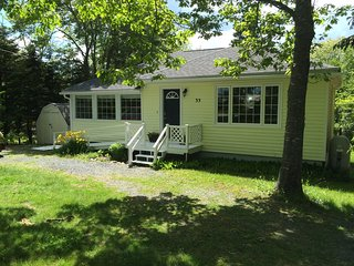 Lakefront Cottage close to Sandy Beaches