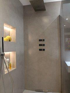 En el baño de microcemento la iluminación es otro plus a tener en cuenta.