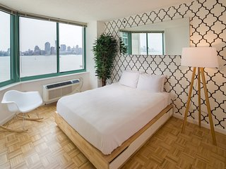 Stunning Two -Bedroom w/Manhattan Views, New York