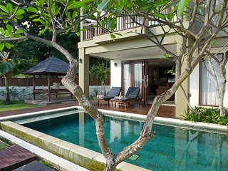 Luxury Honeymoon Sunset Villa / direct beach access / private pool and garden