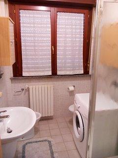bagno completo di lavabo, wc, bidet doccia e lavatrice