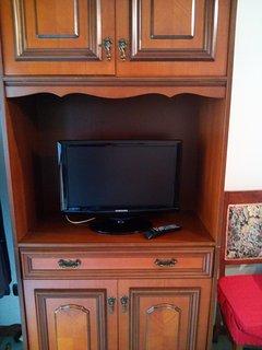 televisore posto di fronte al divano