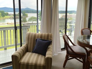 BEST VIEWS AT BERNARD'S LANDING RESORT*BOOK A GREAT WINTER GETAWAY*KING BED, Moneta