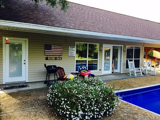 Beautiful country cottage with a pool! Close to everything!
