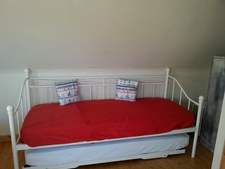 Day bed with trundle bed, extra sleeping for up to 2 children by prior arrangement.