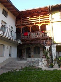 veduta della struttura dal cortile interno con gli originali ballatoi quattrocenteschi