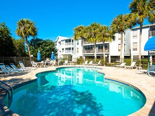 Coastal Hideaway: Gorgeous Family-Friendly  Condo With A View Of The Pool!