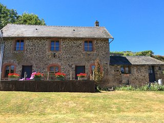 CLOSE TO CHATEAU LA MOTTE HUSSON, Beautifully renovated granite gîte