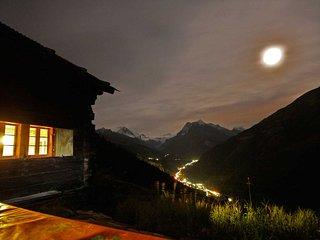Terrasse, soirée au mayen - Chalet Nid d'Aigle, un mayen authentique en Valais