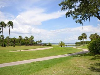 RESORT STYLE CONDO GOLFING SWIMMING AND FISHING ON PROPERTY, Clearwater