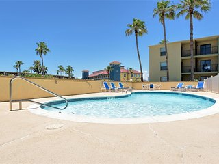 Casual comfort on 2 levels, GREAT VALUE & close to beach! Habitat Condos
