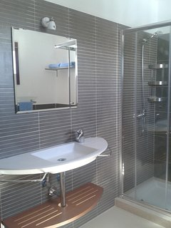 Upstairs en suite bathroom