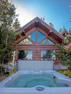 Log home w hot tub on the lake