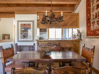 Mountain condo, close to skiing & hiking w/shared pool & hot tub