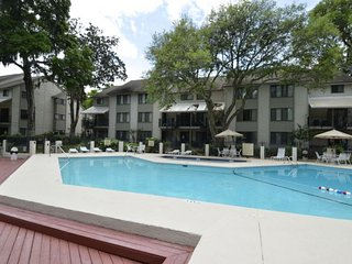 2nd Floor Townhouse, Short Walk to Beach, FREE Gym & Tennis, Hilton Head