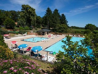 Luxury chalet at Camping Chateaux Le Verdoyer ****, Champs-Romain