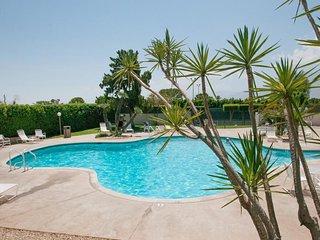 Posh desert home, w/jetted tub, shared pool, hot tub & tennis!