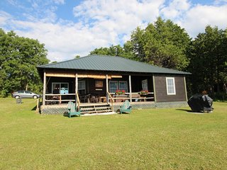 Picture-perfect lakefront cottage w/ a shared tennis court & dock!, Grand Isle