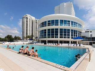 Beachfront condo with a full ocean view, a shared pool, a gym & tennis courts!, Miami Beach