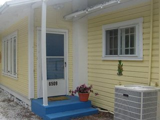 Conch Cottage A Key West style Bungalow w/ wifi & cable, New Port Richey