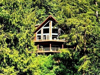 07MF Spectacular Lakefront Chalet with a Private Hot Tub, Maple Falls