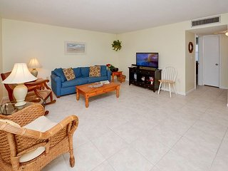Waves 18 - 2nd Floor 2 Bedroom Condo with Pool, BBQ - Quick Walk to the Gulf!, St. Pete Beach