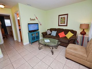 Parkside 9 - Updated St Pete Beach Condo with Pool - Quick Walk to the Gulf!, St. Pete Beach