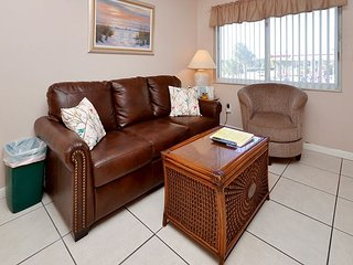 Tropic Breezes #13- Gulf View Condo with Pool, Gas Grills and Free WiFi!, Madeira Beach
