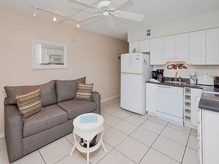 Tropic Breezes #6 - Ground Floor and Poolside with King Size Bed and LCD TV!, Madeira Beach