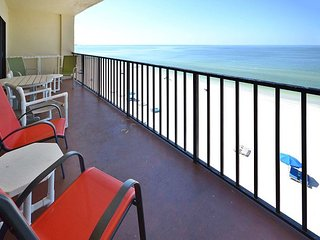 Las Brisas 402 Gulf Front Condo with Free WiFi, Plasma TV, Pool and BBQ!, Madeira Beach
