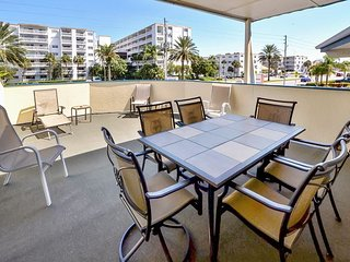 Sea Rocket #15 - 2nd Floor w/ Private Deck and King Bed - Steps to the Beach!, North Redington Beach
