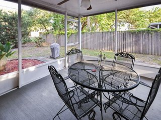Bungalow near the Beach! Private Yard, Screened Porch- 6 minutes to the Gulf!, St. Petersburg