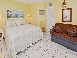 Sea Rocket #16 - Freshly Updated 2nd Floor Unit with New Kitchen! Free WiFi!, North Redington Beach