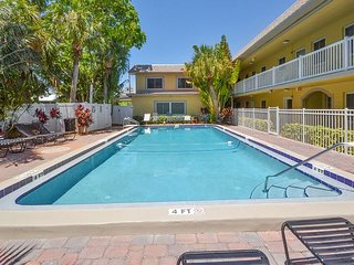 All New in October 2014! Ground Floor, Poolside - A Quick Walk to the Beach!, Saint Pete Beach