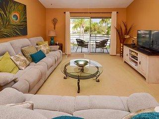 WOW! Professionally Decorated 2nd Floor, Pool View Vista Verde Condo at Isla!, San Petersburgo