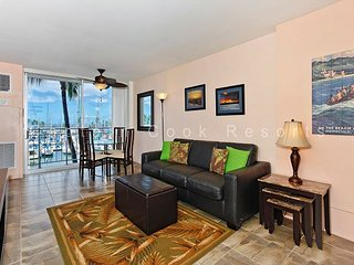 Updated one-bedroom with AC, WiFi & views of the marina!  Sleeps 4., Honolulu