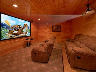 Luxury Cabin with Theater Room, 3 Decks, Pool Table and Hot Tub