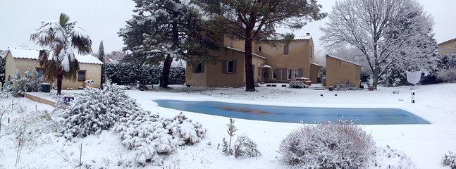 Une vue panoramique de la maison en hiver