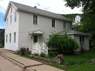 Fancy Nancy-upstairs 2 bed apartment in triplex, Alma