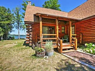 2BR + Loft Lake Leelanau Log Cabin w/ Private Dock