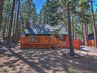"""Smokey's New Den"" - Authentic 3BR South Lake Tahoe Log Cabin w/Private Outdoor Hot Tub & Wifi - Minutes to Sierra at Tahoe & Heavenly Ski Resorts *Pet Friendly*"