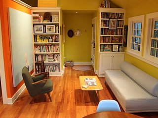 A Bright Writer's Loft Five Blocks from Downtown. Perfect for the Hip Couple!, Bend