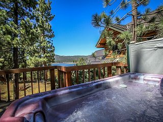 LAKEFRONT   PRIVATE HOT TUB   BOAT DOCK     ROMANTIC  VIEWS!