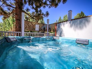 PRIVATE HOT TUB! 10 to 12 ppl. HOT TUB! FIREPLACE! GameRoom, Big Bear City