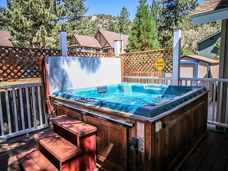 PRIVATE HOT TUB!  Close to LAKE & Natl Forest  GAMEROOM 12 ppl.